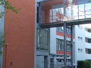 Städt. Berufsschule für Bau- und Kunsthandwerk München, Anschluss Steg an Neubau