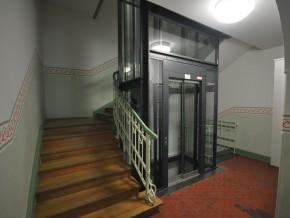 Augustenstraße in München, Lift im Treppenhaus